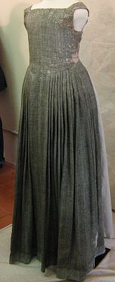 The 'everyday dress' is of a wool/linen weave in a white and green diamond pattern, probably from around 1550. Great site, 3 extant gowns and details of construction.