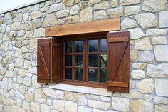 Diseño, fabricación e instalación de contraventanas de madera en Bilbao Vizcaya. Constraventanas de madera de varios modelos y acabado de máxima calidad.