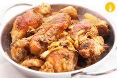 Hoy os traemos un plato que es tradicional de la cocina española, el Pollo al ajillo. Tanto es así, que hay pocos bares o tabernas donde no lo tengan en su