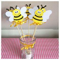 Bijen traktatie prikker handgemaakt. www.kindertraktaties.jouwweb.nl Bee Party, Diy And Crafts, Mini Beasts, Arabic Alphabet, Drawings, Kids, Crafts For Children, Fiestas, Sharpies