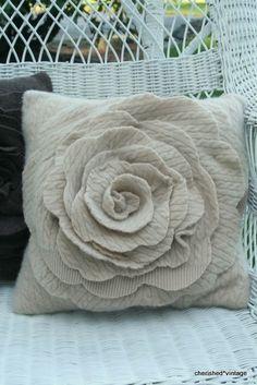 Ompele upea ruusutyyny vanhasta villaneuleesta