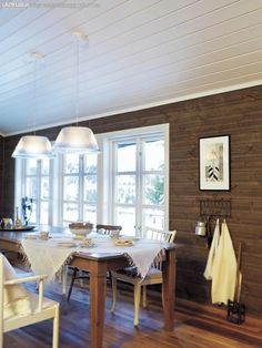 If dining room in front. Three windows like this may be good. Safari, Cabin Interiors, Interior Stairs, Cabins And Cottages, Cabin Homes, My Dream Home, Future House, House Ideas, Cabin Ideas