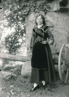 Exposición vestidos de asturiano. Los trajes para la ofrenda del ramu.