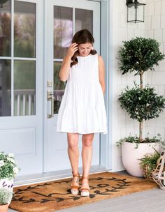 Designer and TV personality Jillian Harris has carved out an enviable life on the West Coast with her partner Justin and their two young children. Big Bouquet Of Flowers, Cute Ponytails, Jillian Harris, Nice Legs, Young Children, Summer Of Love, West Coast, Spring Summer Fashion, Farmhouse Decor