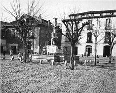 La Plaza del Grano a comienzos del siglo XX, con la fuente desplazada respecto al día de hoy, y la piedra que algunos se empeñan en datar en 1989.