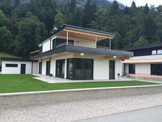 Fertighaus in Pettnau - Flexible Fertighaus Roof Design, House Design, 2 Story Houses, Dream House Exterior, Architect Design, Modern Architecture, Bungalow, Facade, Pergola