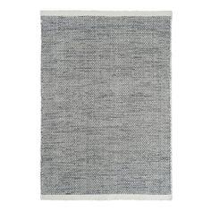 Asko, handvävd matta från Linie Design. Asko är vävd i ull på bomullsvarp vilket ger den dess dynamiska mönster. Ull är ett slitstarkt naturmaterial som har naturligt smutsavisande kvaliteter. Mattan Asko kommer i flera naturnära, sobra färger och finner enkelt sin plats i ditt hem.