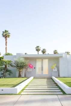 1 Palm Spring home added to my Vortex!Palm Springs Home must have retro fit seismic Update! Palm Springs Häuser, Palm Springs Restaurants, Palm Springs Style, Modern Exterior, Exterior Design, Head In The Clouds, Infinity Pools, Villa, Spring Door