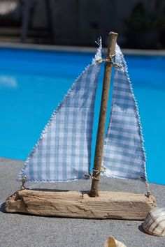 Segelschiff aus Treibholz und Stoff