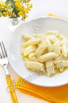 A russian recipe for an easy twarog breakfast: leniviye galushiki iz tvoroga: 1.1lb cottage cheese, 1cup flour, 2 eggs (or 3-4 yolks), 3tbs butter, 2-3 tbs sugar