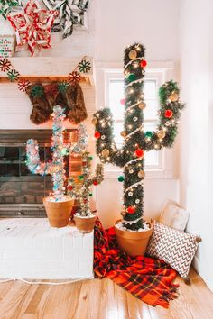 We've got the best alternative Christmas trees right here! These alternative Christmas tree ideas and projects will absolutely wow your friends and family, from dressboard trees to chalkboard trees and more. Cactus Christmas Trees, Christmas Tree Themes, Xmas Tree, Christmas Home, Christmas Ideas, Western Christmas Tree, Creative Christmas Trees, Best Christmas Tree, Apartment Christmas Decorations