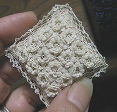 1:12 scale crochet cushion cover by a Japanese Miniaturist. Really nice blog, featuring many handmade items. http://rosyanneg.blog81.fc2.com/