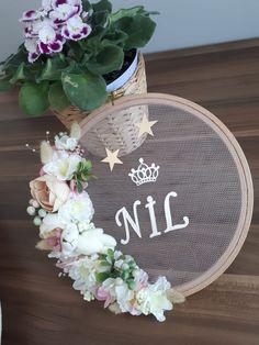 WAT EEN BORDUURRING KAN DOEN Embroidery Hoop Crafts, Learn Embroidery, Eid Crafts, Diy And Crafts, Baby Door Signs, 2nd Birth, Jungle Theme Birthday, Baby Room Diy, Baby Mobile