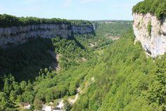 Franche-Comté, Jura, le Belvédère des Roches de Baume est situé sur de hautes falaises d'une centaine de mètres et offre un magnifique point sur la vallée. A découvrir sans plus attendre avec Bontourism®, Tout l'Art du Voyage