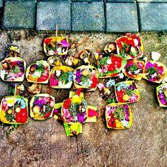 setiap hari ada ritual sesajen.hindu..