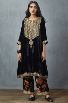 Check out our Black Jaal Chintz Makhmal Nohreen Farshi by TORANI available at Ogaan Online store at special price. Black printed pantsFabric - Silk VelvetThese pants are not sold with any other product Pakistani Wedding Outfits, Pakistani Dresses Casual, Indian Outfits, Velvet Suit Design, Velvet Dress Designs, Velvet Pakistani Dress, Pakistani Dress Design, Stylish Dresses, Casual Dresses