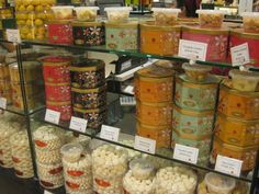 シンガポールに行ったら、お土産は何がいいか迷ってしまうことも多いと思います。ここでは、定番のお土産を中心に紹介します。1.マーライオンのお菓子 シンガポールのシンボルであるマーライオンはおみやげのモチーフとしても人気があります。クッキー、チョコレートなど多種多様にあり、定番の観光地、スーパー、空港などで買うことができます。シンガポールといえばマーライオンですよね。小さな国ですから結構簡単に行ける手軽な観光スポットだったりします。シンガポールに行ったことの証に是非このマーライオンチョコレートをおみやげに。喜ばれますよ!2.Tシャツ常夏のシンガポールではTシャツは欠かせません。追加の着替えとし..
