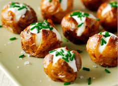 Wedding Food Mini jacket potatoes topped with sour cream and chives make for a appetising and cheap canapé! - Bake up some new potatoes and top with soured cream and chives for a bite-sized, simple canapé Christmas Canapes, Christmas Buffet, Christmas Party Food, Xmas Food, Christmas Christmas, Thanksgiving Holiday, Christmas Baking, Appetizers For Christmas Party, Christmas Nibbles