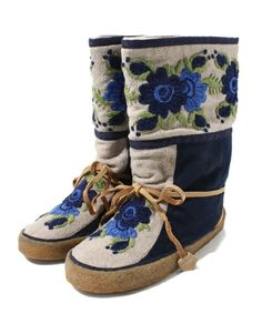 Inuit made boots. What embroidery! Sock Shoes, Shoe Boots, Baby Shoes, Native American Moccasins, Santa Boots, Beaded Moccasins, Fringe Handbags, Native Beadwork, Native American Crafts