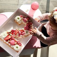 2 years old .. Happy Birthday איזה כיף ששולחים לי תמונות ❤️ #gargeran #birthday #flower #cake #biscuit #vanilla #strawberry #girl #pink #meringue #macarons