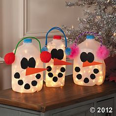 Snowman Milk Jugs. Oh my gosh we have to do this!