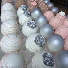 Cake pop decoration ideas Chocolate Pops, Chocolate Dipped, Dipping Chocolate, Cake Truffles, Cupcake Cookies, Cake Pops, Sweet Table Wedding, Silver Cake, Engagement Cakes