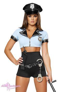 Besuche uns gern auch auf dressme24.com ;-) Retro Police Cop Polizei Kostüm - Police Woman - Kurze hellblaue Stretch Jacke mit Strasssteinverzierung und Polizeimarke. Der Kragen und die Ärmel sind schwarz abgesetzt. Edle Retro Hochbund Shorts mit Gürtel. Das Waökie Talkie, die Handschellen und der Schlagstock sind aus PVC gefertigt (um Verletzungen zu vermeiden). #Kostueme, #Fasching, #Polizistin