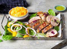 Svinefilet er mørt og smakfullt kjøtt. I denne videoen viser MENY deg steg for steg hvordan du steker hel svinefilet, først i panne, så i ovn. Fresh Rolls, Frisk, Pesto, Tapas, Bacon, Chicken, Dinner, Snacks, Ethnic Recipes