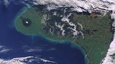 Man stelle sich eine Halbinsel in Neuseeland mit knapp 100 Kilometern Küstenlinievor. Etliche Pointbreaks säumen die Route entlang der Tasman Sea – nahezu jede Straße zum Meer endet bei einem der gelegentlich menschenleeren Points. Als Sahnehäubchen throntin der Mitte der Peninsulaein perfekt geformter Vulkan, der aufgrund zirkulierender Winde auch noch gerne Offshore spendiert. Kann es […] Surfing, Waves, Outdoor, Volcanoes, New Zealand, Time Out, Island, Outdoors, Surf