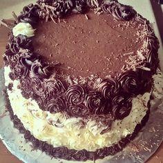 #domowacukiernia Wczoraj #wkuchni zawitał tort  czekoladowo - waniliowo - kokosowy  trochę słodkości dla P. #marcowychłopak #urodziny #tort #ganasz #kokos #wanilia  #zabrakło22świeczek #biscuits #cake #ganache #coconutcream #instasweets #instacake #baking #homemade #birthday #love