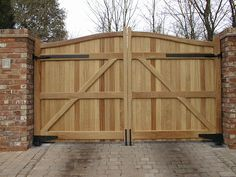 Trendy Ideas Of Outdoor Wood Gates Designs. Fetching Outdoor Wood Gates Design Featuring Brown Natural Color Wooden Gates And Double Swing Gates Plus Bricks Post Together With Bricks Driveway Wood Fence Gate Designs, Wooden Fence Gate, Modern Fence Design, Fence Ideas, Gate Ideas, Brick Driveway, Driveway Gate, Tor Design, Studio Design