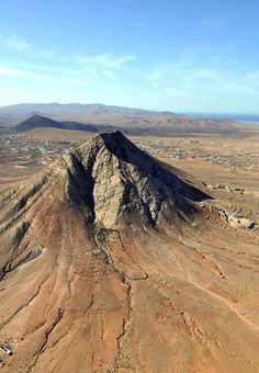 """Vulkan #Tindaya auf Fuerteventura"""" (Islas Canarias) Befindet sich in der…"""
