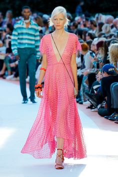 Missoni Spring 2018 Ready-to-Wear Fashion Show Collection: See the complete Missoni Spring 2018 Ready-to-Wear collection. Look 51 Pink Fashion, Fashion 2018, Runway Fashion, Fashion Trends, Missoni, Pink Outfits, Chic Outfits, Mode Rose, Style Haute Couture