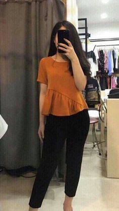 Peplum top 2019 Frill on the bottom Teardrop fastening at back Fancy Tops, Trendy Tops, Blouse Styles, Blouse Designs, Kurta Patterns, Techniques Couture, Indian Designer Outfits, Cute Blouses, Mode Hijab