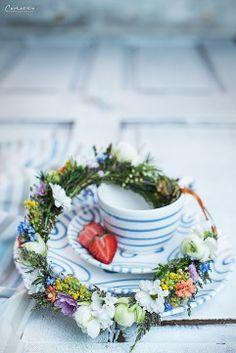 Auch mit einem Blumenkranz fühlt sich Blaugeflammt pudelwohl #gmundner #keramik #interior #handbemaltes #geschirr