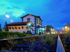 Estación de ferrocarril de Usaquén Mansions, House Styles, Places, Travel, Home, Bogota Colombia, Parking Lot, Hotels, Apartments