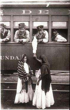 México, Revolución. Soldado de la Revolución a bordo de un tren de la mano de una mujer. Foto por Agustín Víctor Casasola (1874-1938).