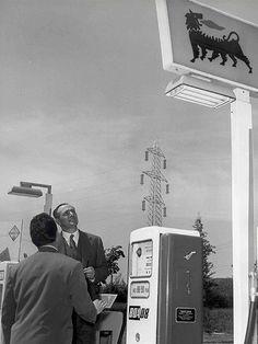 Enrico Mattei - eni.com Enrico Mattei visita una stazione di servizio Agip Supercortemaggiore anni '50 Italia Roma, archivio storico eni