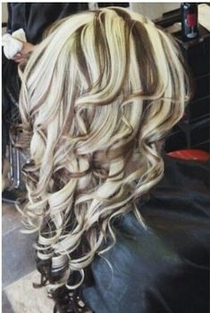 Chunky highlights and curls heavy blonde highlights, blonde streaks, chunky highlights, love hair Heavy Blonde Highlights, Brown Blonde Hair, Hair Color Highlights, Chunky Highlights, Caramel Highlights, Hair Highlights And Lowlights, Blonde Streaks, Love Hair, Gorgeous Hair
