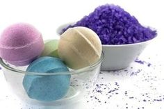 Who does not like a bath bomb? It is like taking a bathe in champagne. Homemade bath bombs look great and smell delicious. Your muscles relax and tension fade Bath Boms, Homemade Bath Bombs, Bomb Making, Lush Bath Bombs, Bath Fizzies, Diy Scrub, Easy Diy Gifts, Idee Diy, How To Make Homemade