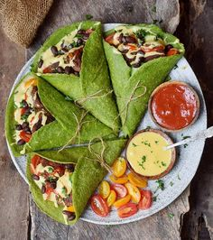 Healthy spinach wraps with falafel black beans veggies vegan cheese sauce and tomato sauce! Check the link in my bio or my Insta stories if you want the recipe for the spinach wraps. Healthy Snacks For Adults, Healthy Foods To Eat, Dinner Healthy, Grilled Chicken Recipes, Easy Chicken Recipes, Falafel, Vegan Cheese Sauce, Burger, Fajitas