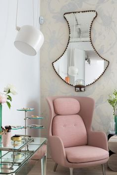 L'angolo toilette in camera da letto è arredato con una consolle anni Venti decorata a specchi e una poltrona rosa Ro di Fritz Hansen, design Jaime Hayon. Nello specchio antico a parete si riflette un elemento della sospensione AIM di Flos, design E. & R. Bouroullec.