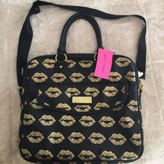 👄 New Betsey Johnson Smooches Laptop Bag! New Betsey Johnson laptop bag! Features Crossbody strap, black faux leather, with gold hardware! The gold kisses are so cute! Cute Laptop Bags, Betsey Johnson Bags, Black Faux Leather, Gold Hardware, Fashion Tips, Fashion Design, Fashion Trends, Kisses, Diaper Bag
