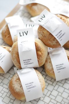 Tomorrow at 12 noon the delightful shop LIV opens in Hamburg Eimsbüttel – the first shop where you can also buy my copper confetti! I was allowed to look around there for you … – Ohhh … Mhhh … - Bread Packaging, Bakery Packaging, Cookie Packaging, Food Packaging Design, Packaging Design Inspiration, Box Packaging, Comida Delivery, Food Branding, Bakery Branding