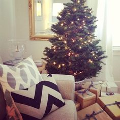 Love the simplicity of this, Christmas doesn't have to be over the top to be lovely.