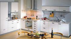 Kuchyně Forma uspořádaná do tvaru L účelně využívá členitost stěny. Barevnost šedé a bílé, jednoduché, hladké linie a dvířka se zahloubenými úchytkami dělají z místnosti příjemný prostor. Ikea, Kitchen Cabinets, Table, Furniture, Design, Home Decor, Simple Lines, Decoration Home, Ikea Co