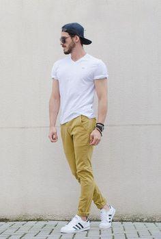 Camisa branca básica e calça cor mostarda.