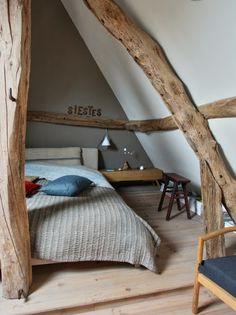 Une chambre sous les combles ; ces grandes poutres irrégulières ont beaucoup de charme. #bedroom #attic