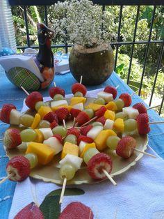 Espetinhos de frutas para o chá de barnela