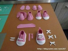 Zapatitos Cake Decorating Tutorials - making a pair of fondant baby sneakers Fondant Toppers, Fondant Cakes, Cupcake Cakes, Car Cakes, Cake Fondant, Cake Decorating Techniques, Cake Decorating Tutorials, Fondant Baby Shoes, Fondant Animals